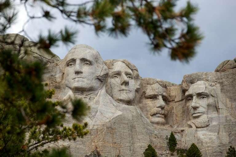 Trump visita el Monte Rushmore mientras EEUU suma récords de contagios de covid-19