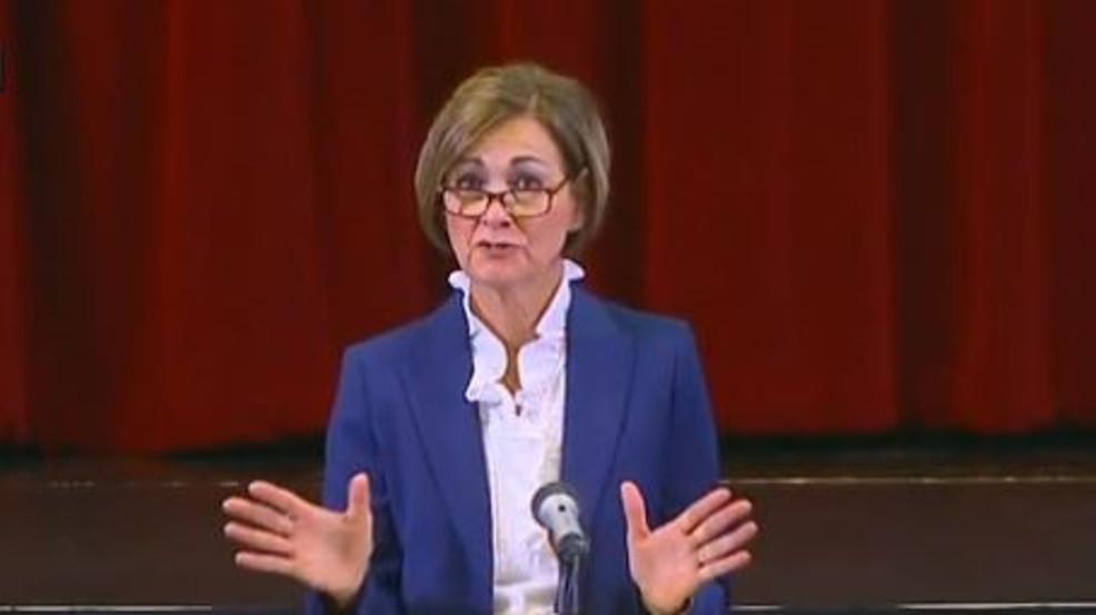 La gobernador de Iowa anula las escuelas, requiere clases en persona