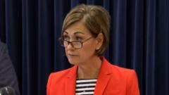 """Gobernador de Iowa: """"No podemos permitir que el COVID-19 domine nuestras vidas"""""""