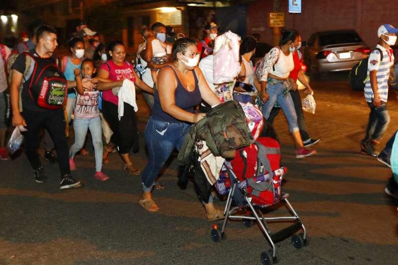 """Cientos de hondureños inician una caravana pese al COVID-19 y EE.UU. advierte que la migración es """"más peligrosa que nunca"""""""