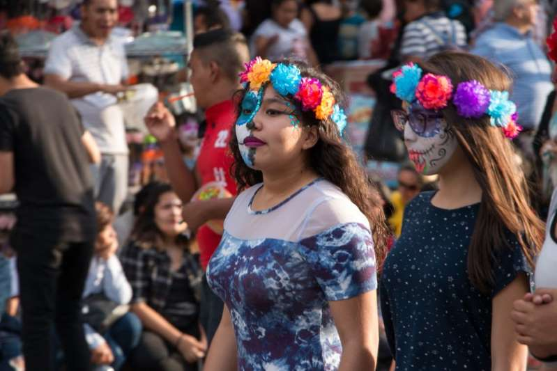 Mexicanos desafían al COVID-19, hacen fiestas y salen a las calles para celebra el Día de Muertos