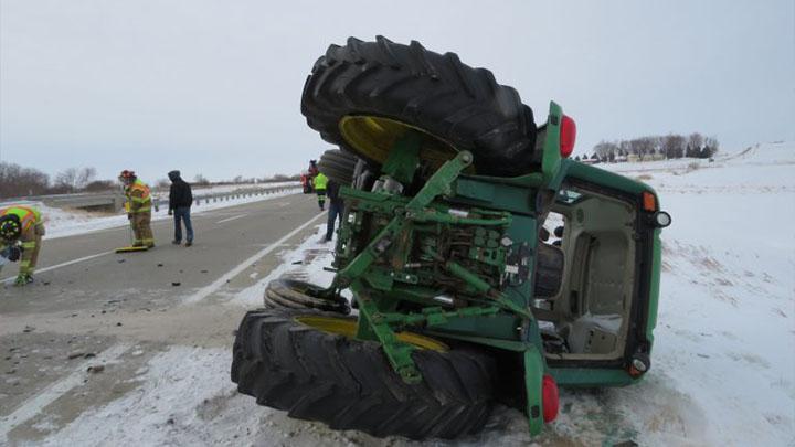 Hombre expulsado de un tractor durante un accidente de dos vehículos en el condado de Sioux, IA.