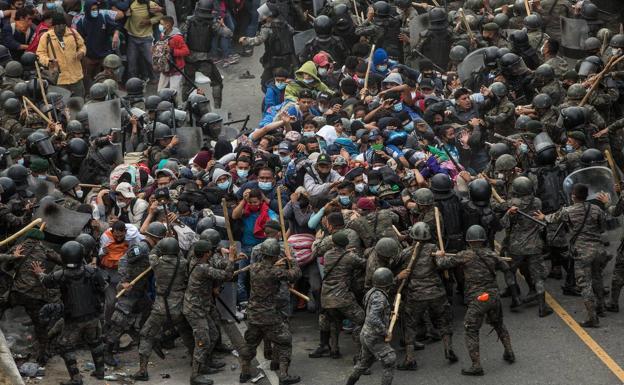 Guatemala frena la caravana de inmigrantes hondureños a la fuerza